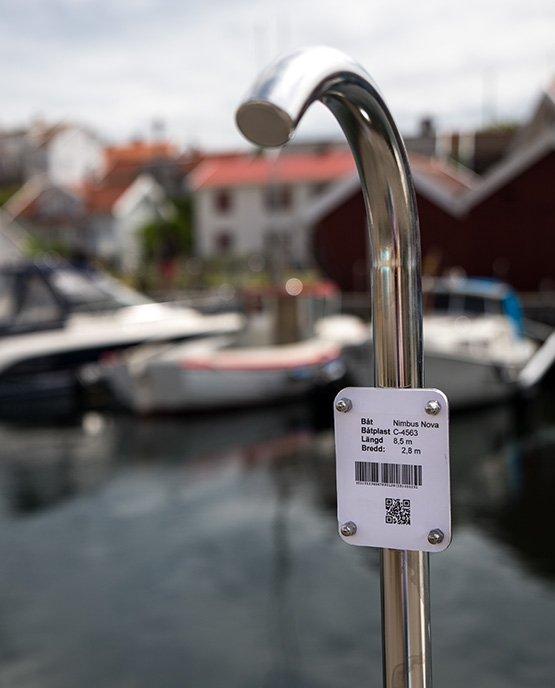 BRYGGHANDTAG – SKYLTHÅLLARE/BÅTPLATS.NR. BILD NR 1