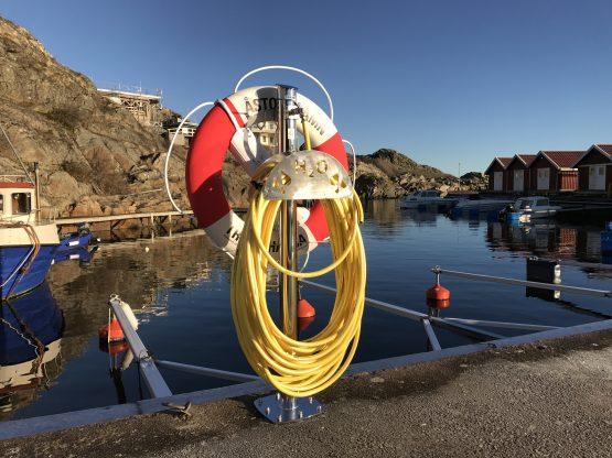 Vattenpost med slanghållare och livboj
